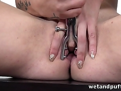 Red-haired hussy toys her shaved pussy with speculum